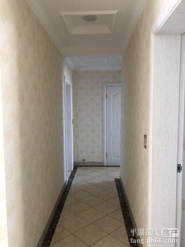 东湖边的高档小区,道路通畅,房子豪华装修东梯东室,带一个停车位